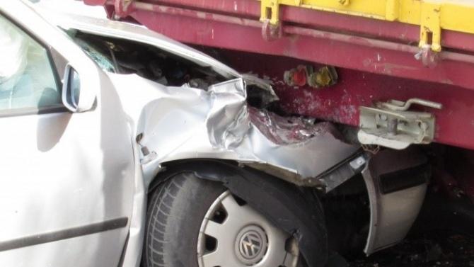 Четирима души са ранени след катастрофа между лека кола и
