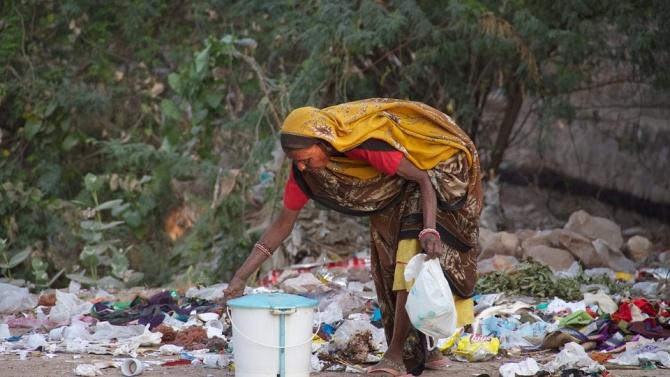 Новородено момиченце бе изоставено до контейнерите за боклук в южнокитайски