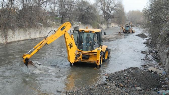 Чистят речни корита, дерета и отводнителни канали в София