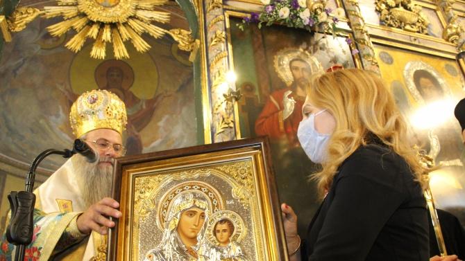 Дядо Николай подари икона с образа на Божията майка на вицепремиера Николова