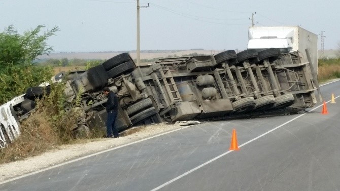 Затварят временно пътя Разград-Русе заради катастрофа с товарен автомобил, съобщават