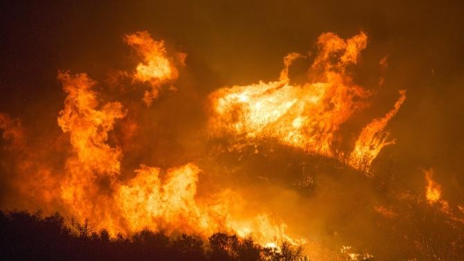 Голям пожар във фабрика за пластмаса в северното атинско предградие