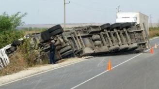 Преобърнат ТИР затвори пътя Разград-Русе