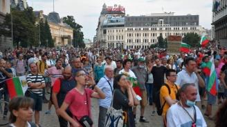 Продължават протестите в София, спор на пл.