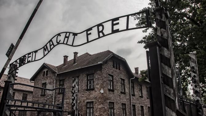 """Алгоритъмът на """"Фейсбук"""" препоръчва страници и групи, отричащи Холокоста"""