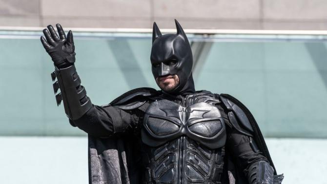 Загадъчен благодетел, маскиран като Батман,доставя храна и повдига духа на