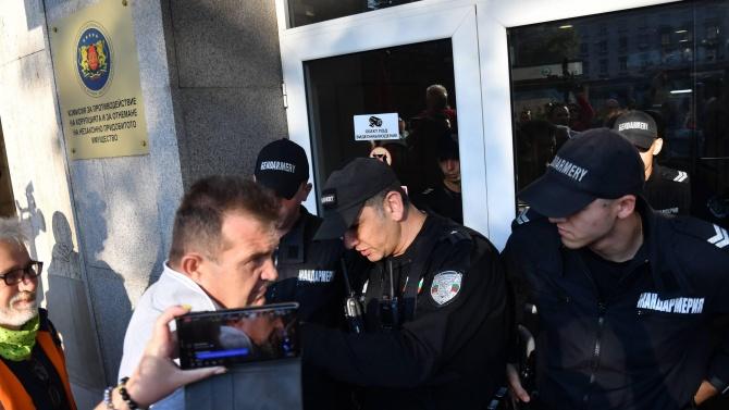 Протестът се пренесе при Сотир Цацаров