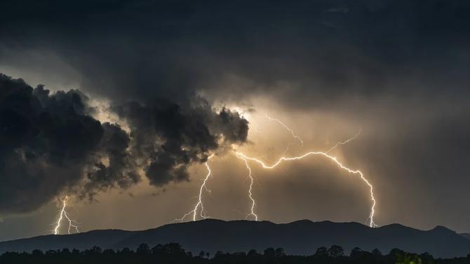 Очаква се дъжд с гръмотевици в половин България утре, ще захладнее