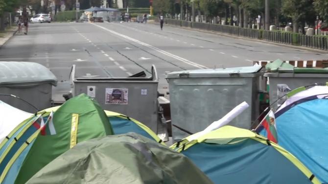 Бурята създаде проблеми за палатковите протестиращи на Орлов мост