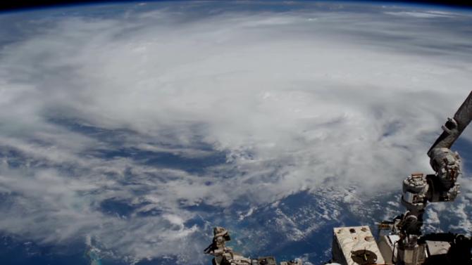 """НАСА разпространи снимки на бурята """"Лаура"""" от Космоса"""