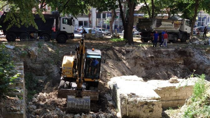 Багер, влязъл в археологически разкопки, разбуни духовете във Варна