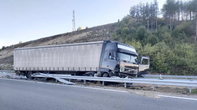 """Камион се вряза между мантинелите на автомагистрала """"Струма"""""""