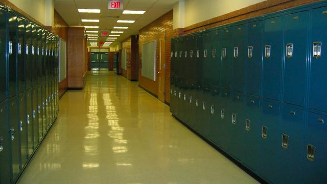 Андроид облъчва училищни коридори с ултравиолетова светлина срещу коронавирус