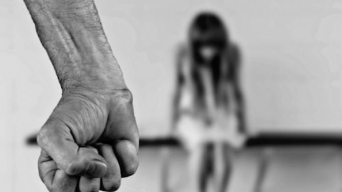 Съдят 40-годишен, правил секс с непълнолетна приятелка на дъщеря си и я склонявал към проституиране