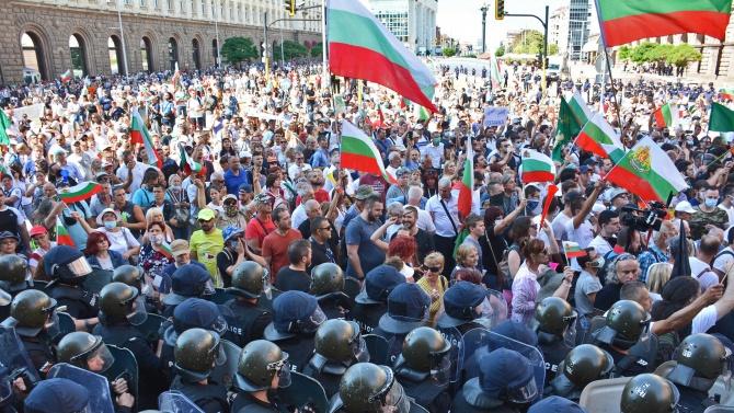 Протестиращи изкъртиха павета, ГЕРБ се възмутиха