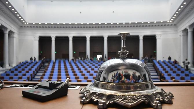 Парламентът гласува смяната на министър Кирилов и оставката на председателя на ЦИК