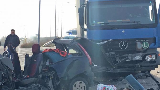 """ТИР помете аварирал автомобил на АМ """"Тракия"""", двама души са ранени"""