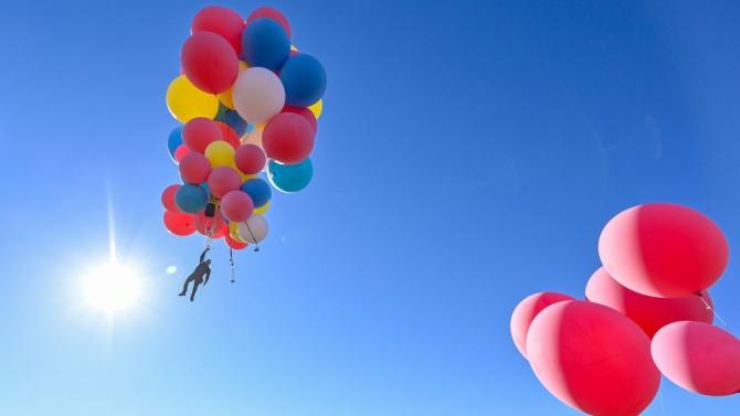 Дейвид Блейн прелетя пустиня със сноп балони