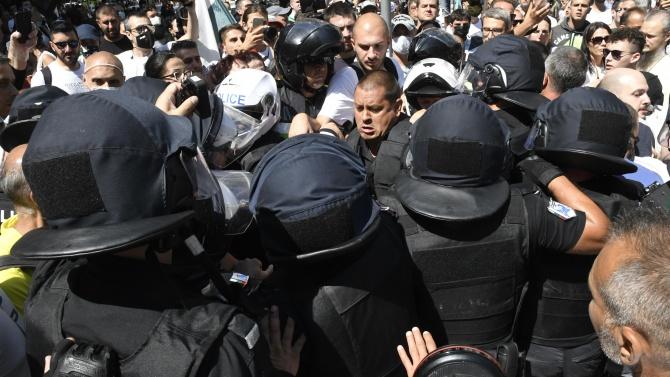 Протестиращи окупираха полицейско управление в Пловдив, искат да освободят задържан