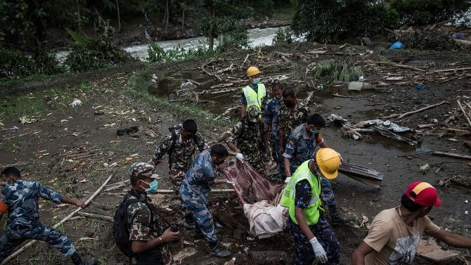 15 души загинаха при свлачища и наводнения в Непал