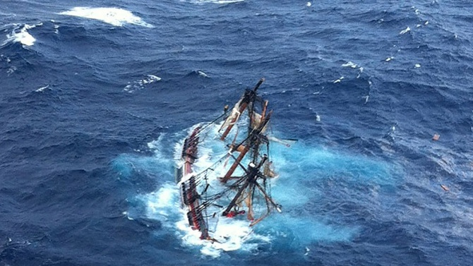 Повече от 40 моряци са изчезнали при потъването на кораб край Япония
