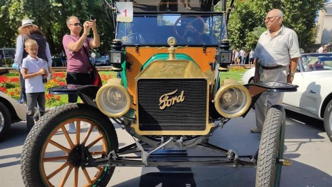 Уникални ретро автомобили радват варненци