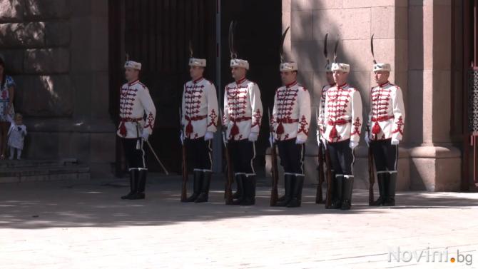 Почетният гвардейски караул бе тържествено сменен по повод Деня на Съединението