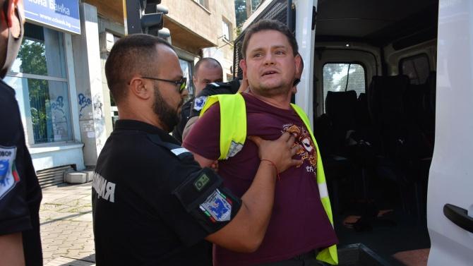 Петър Кърджилов шокира: Батка в полицейска униформа ще отнесе паве в главата и ще падне в кома