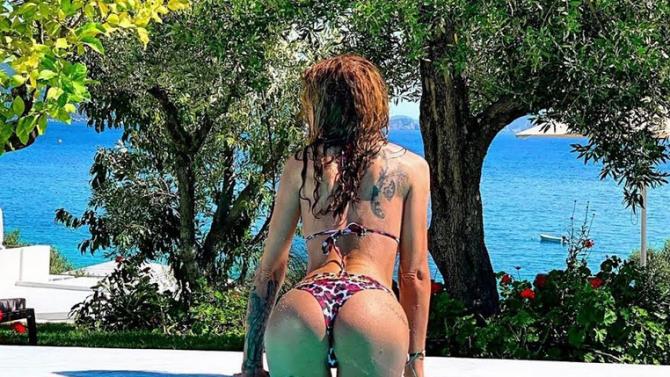 Деси Фотосесията показа татуирано дупе на Лефкада