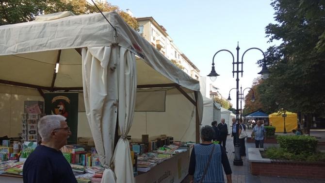 Алея на книгата ви очаква с нови заглавия и емоции в центъра на София