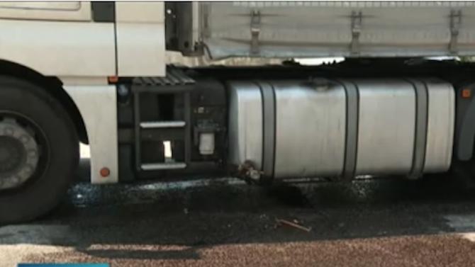 Камион разля над тон гориво зад сградата на ГДБОП в София