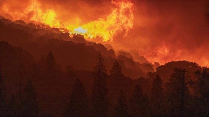 Десетки големи пожари, подсилвани от вятъра, продължиха да горят в