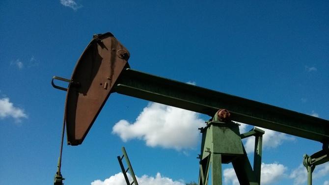 Петролът поевтиня до под 40 долара за барел
