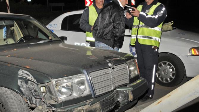 Почерпен шофьор катастрофира колата си, скочи и на полицаи