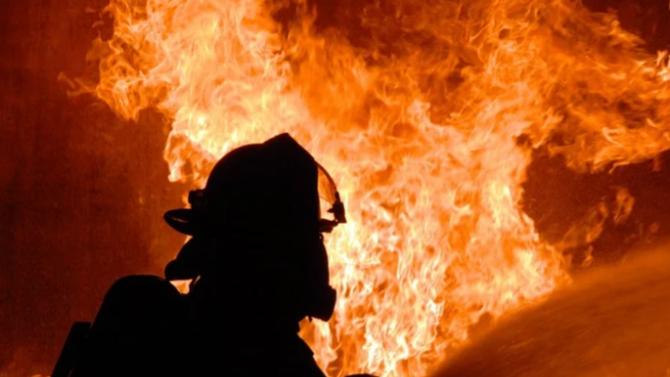 Пожарникари и курсанти от военния университет във Велико Търново гасят пожар на учебен полигон