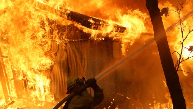 Голям пожар бушува в италианския град Анкона