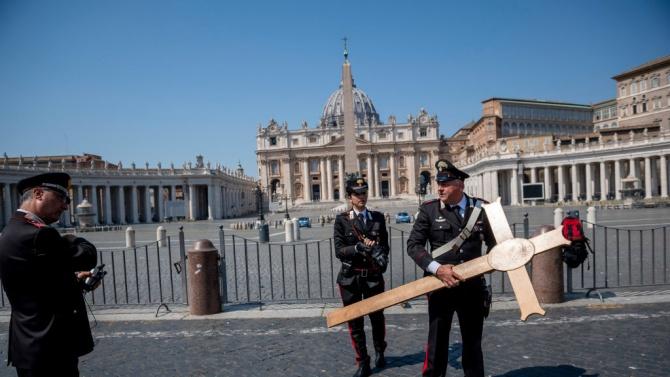 Папата почете италиански свещеник, убит от бездомник