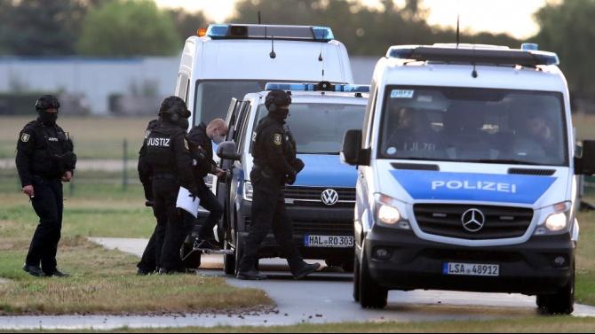 Германски полицаи временно са отстранени от работа след разкриване на екстремистки чатове