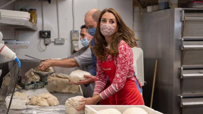 Кейт и Уилям с кулинарен дуел в пекарна в Лондон
