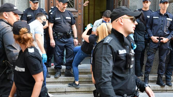 От НСО и МВР с позиции относно принудителното извеждане на протестиращи от НС