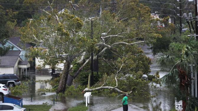 Ураганът Сали отслабна до тропическа буря