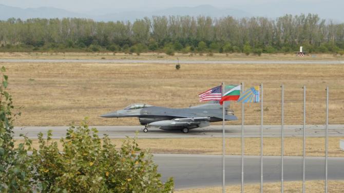 Шест самолета F-16 от състава на 31-во изтребително крило на