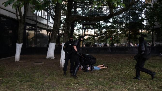 Беларуската полиция задържала десетки протестиращи в Минск?
