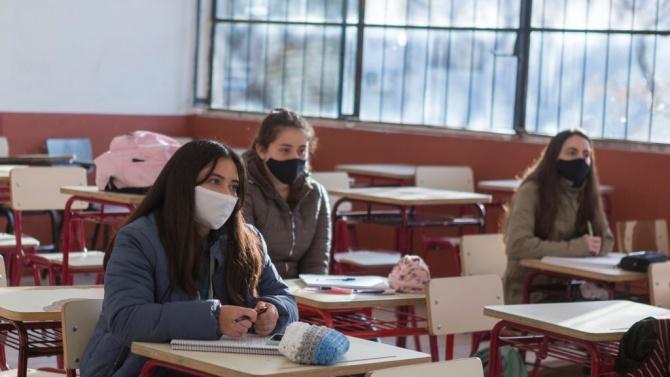 Експерти: Продължителното носене на една маска в училището крие риск