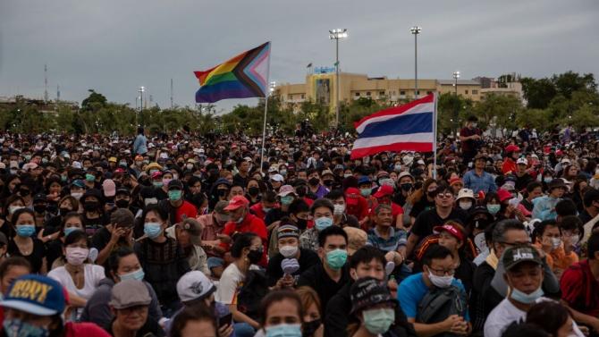Протестиращи в Банкок поискаха оставката на премиера и нова Конституция