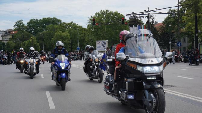 Мотористи с нощно шествие в памет на загиналите на пътя
