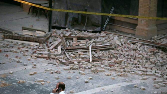 Десет души загинаха и още двайсетина може би са затрупани