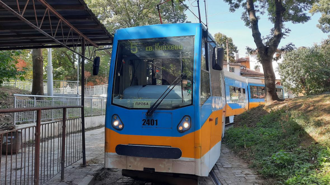 Гласово съобщение подканва пътуващите в трамвай номер 5 да посетят