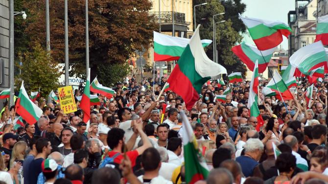 """НА ЖИВО: Протестиращи се събраха на трето """"Велико народно въстание"""" в центъра на София"""