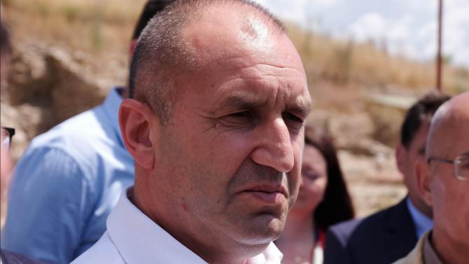 Група протестиращи, симпатизанти на ГЕРБ, поискаха оставката на президента Румен